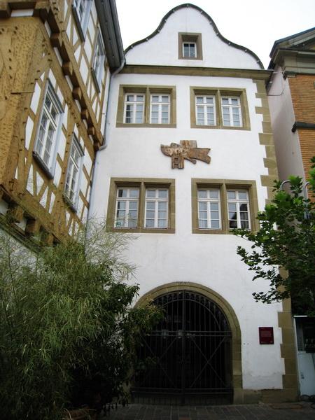 Salzhaus mit altem Rathaus. An der Fassade ein Holzstock von Grieshaber?