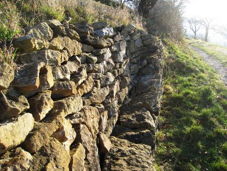 Ehemalige Weinbergmauer mit Sitzgelegenheit