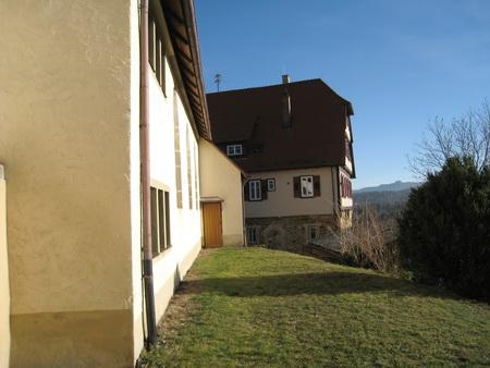 Kirche (links) und Pfarrhaus