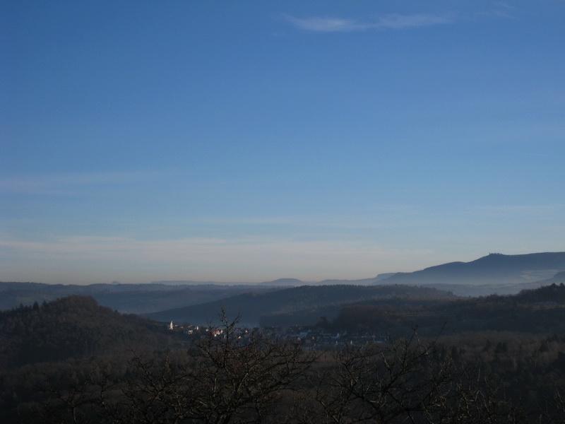 Blick auf die Alb gen Osten mit (von links) Rechberg, Aichelberg, Boßler und Teck