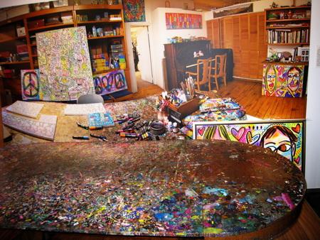 Bilder und Möbel verschmelzen zu einem Bild