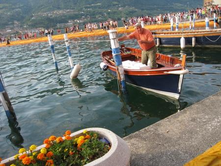 Der Fischer ließ sich nicht bei seiner gewohnten Arbeit stören.