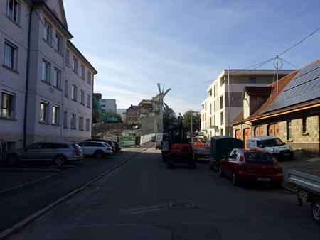 links der Altbau, rechts die alte Remise (Fahrzeugschuppen)