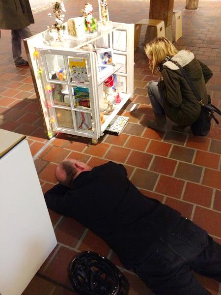Bisweilen zwingt der Künstler, indem er seine  Kunst niedrig hält, die Betrachter zu Kniefall oder Verneigung, wenn nicht zu Boden.